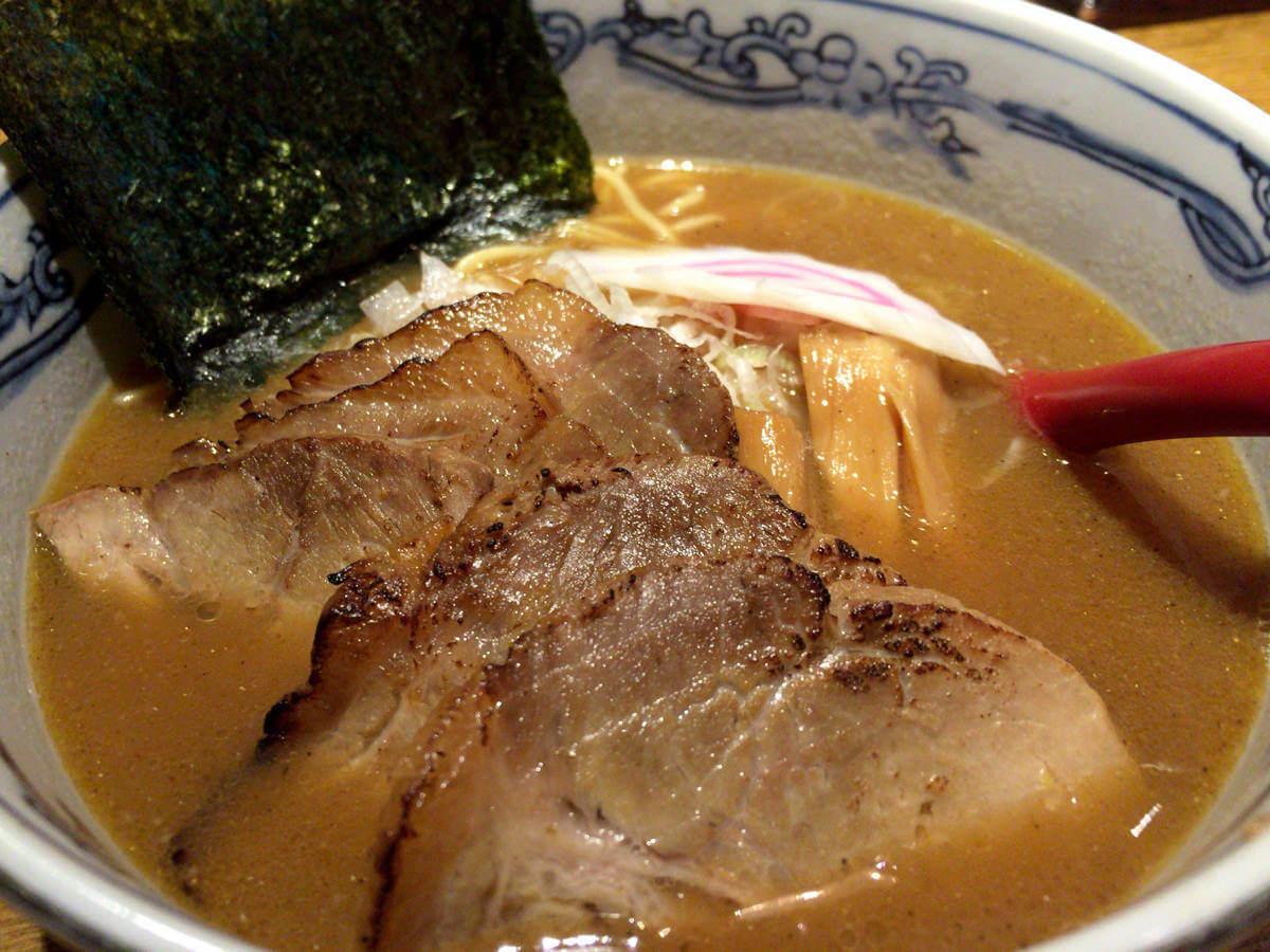 名駅の麺や六三六は無化調で後味スッキリ、こだわりスープがうまし!