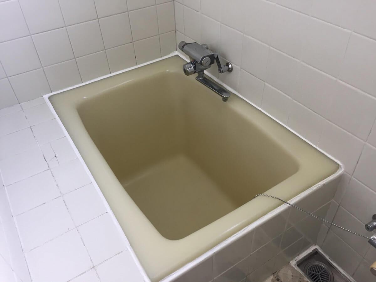 シール材を張り替えた浴槽