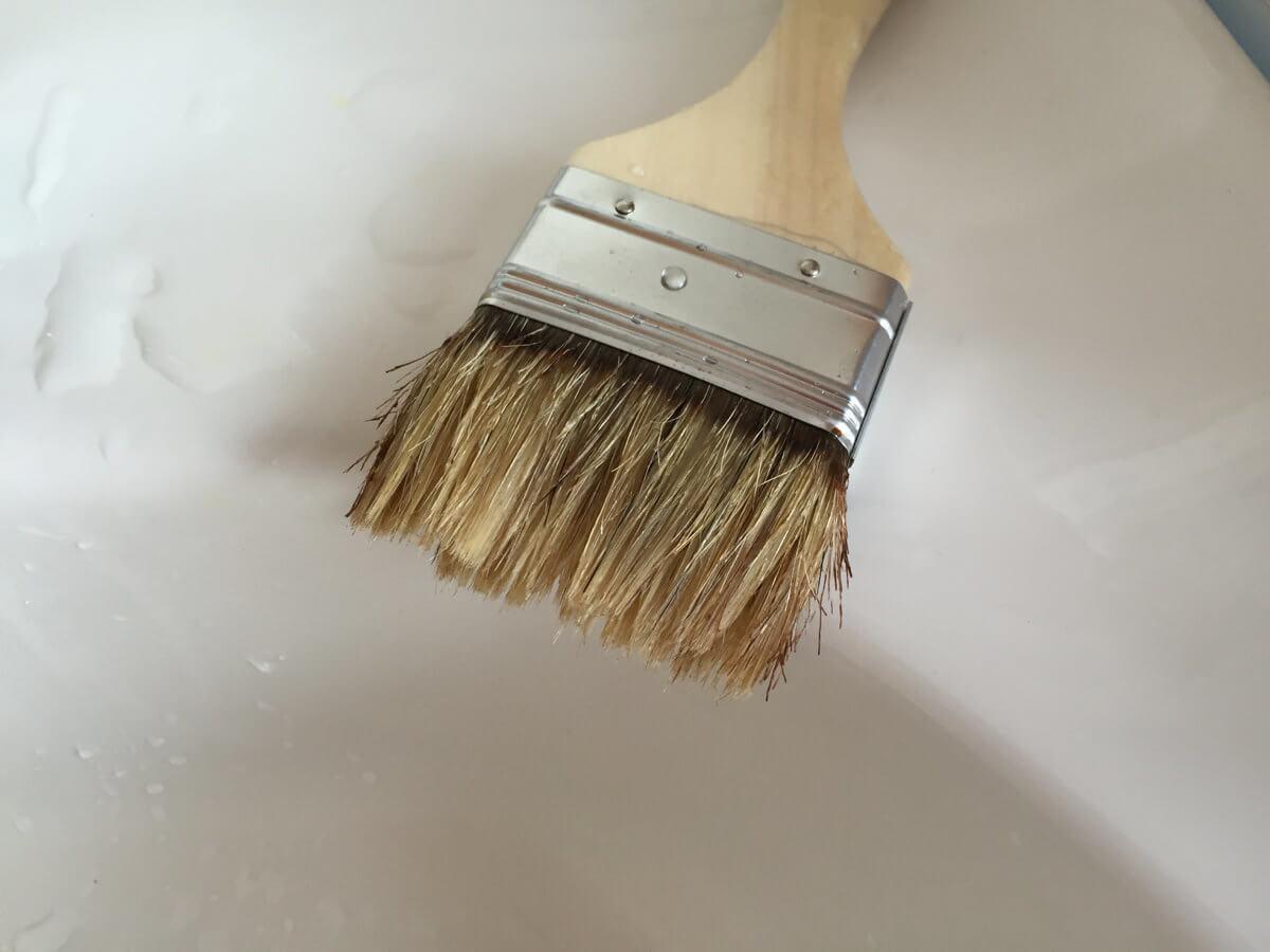 水洗いした刷毛(はけ)