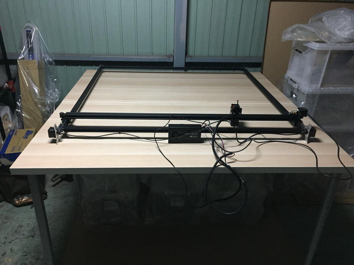 IKEAのテーブルは簡素な作りで作業用の机として最適