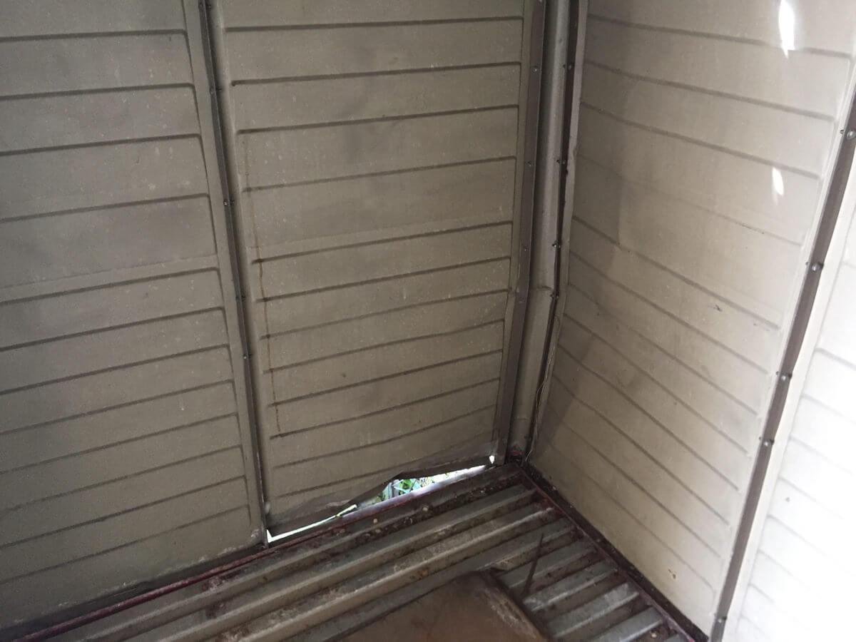 柱が曲がり、穴があいた倉庫