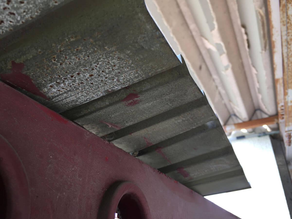 鋭利な屋根の端