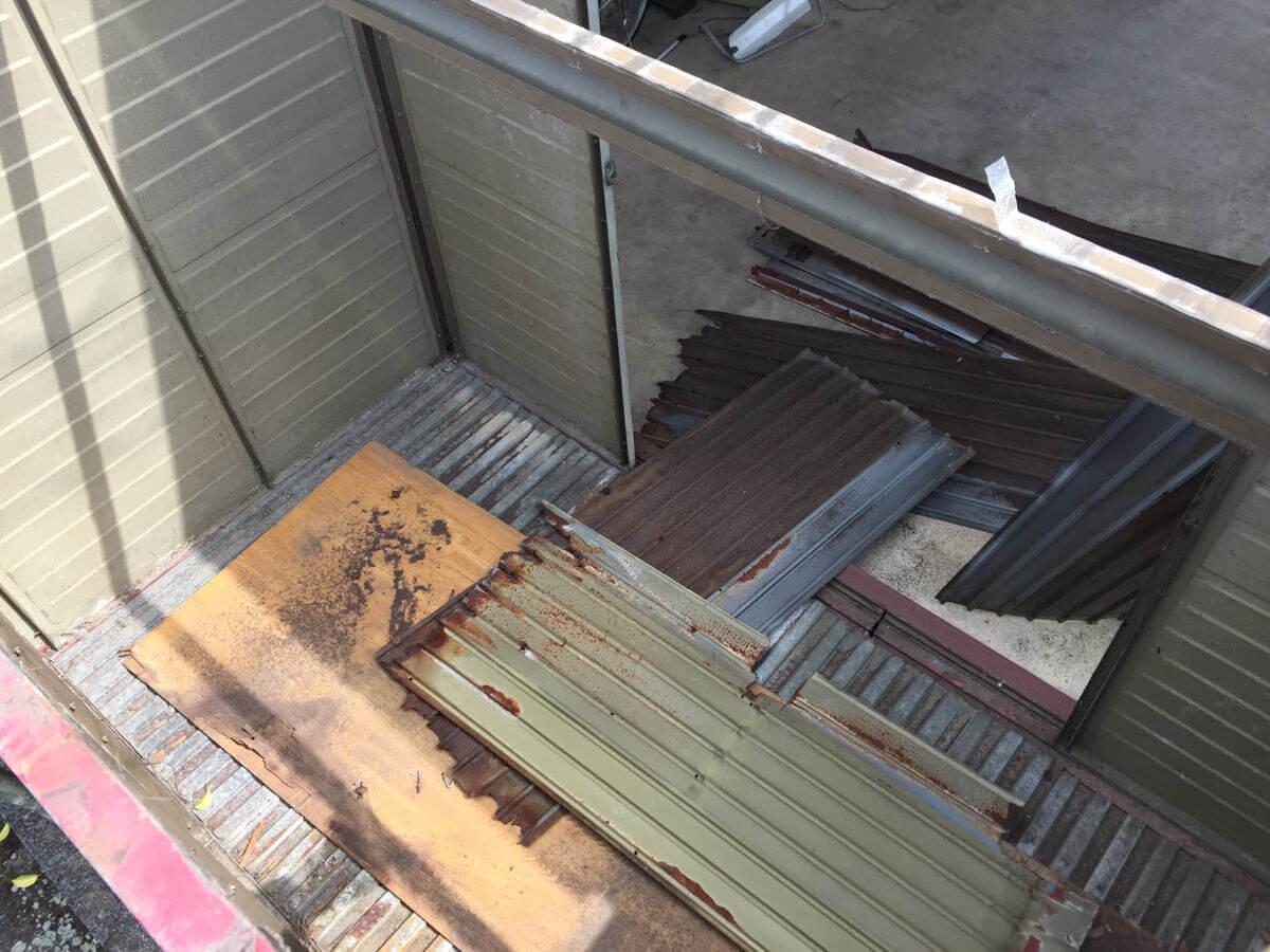 屋根を外し終わった倉庫