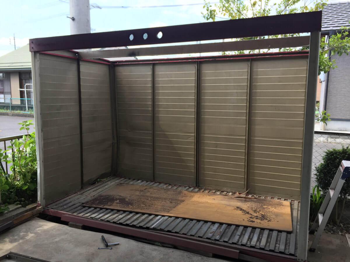 扉と屋根を外した倉庫