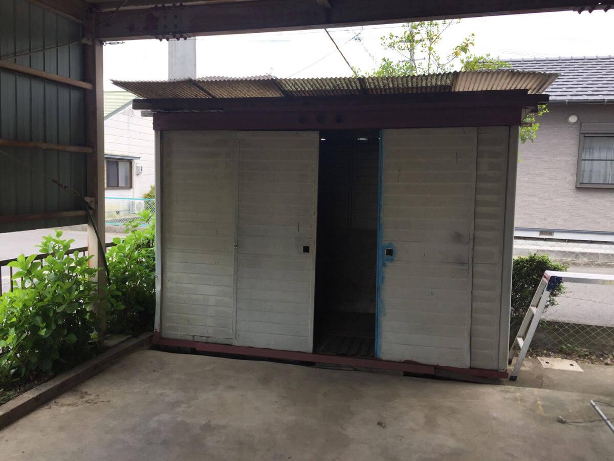 解体する倉庫