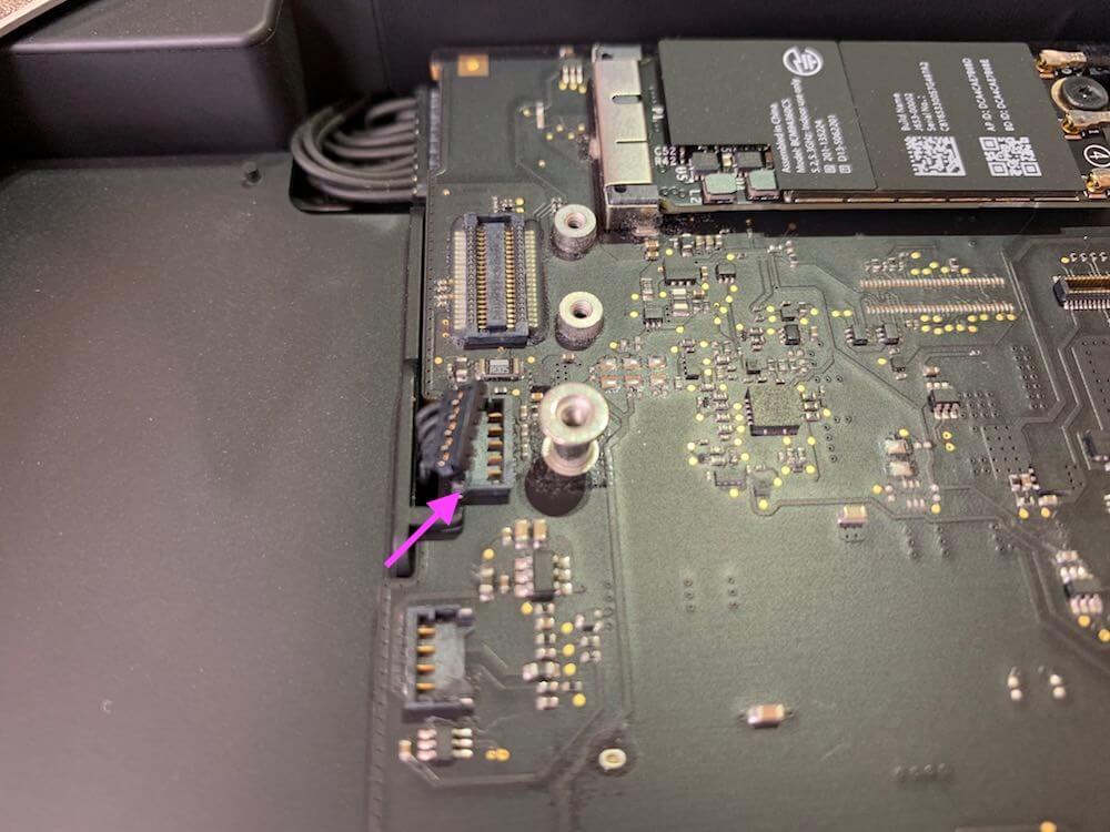 マザーボードとHDDの接続ケーブルを外す
