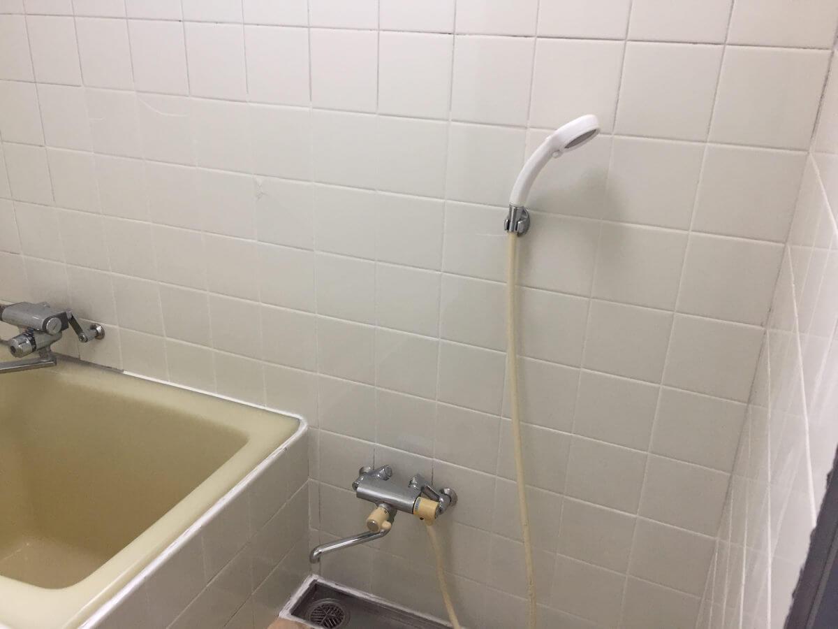 タイル補修が完了した浴室