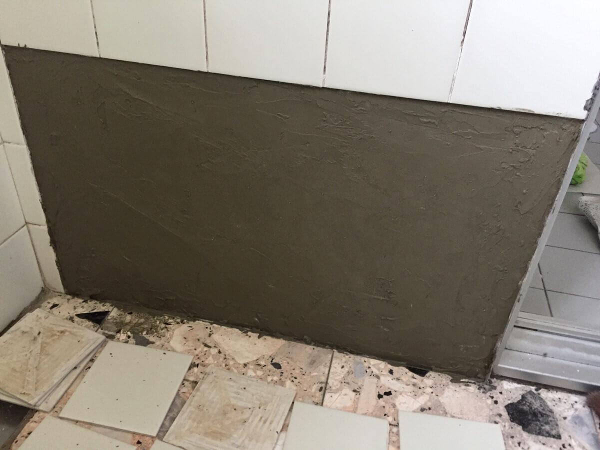 タイル接着材を塗った壁